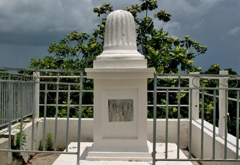 Situé en haut des marches, face à l'église, ce petit édifice amputé de sa croix commémore l'abolition de l'esclavage de 1848. Sur son socle est inscrit le mot Liberté. Créé au XIXè siècle, on dispose de peu d'éléments sur l'érection de ce monument. Certains avancent qu'il daterait de l'année de l'abolition, 1848, et prétendent qu'il serait le plus ancien monument commémoratif de l'abolition définitive de l'esclavage.
