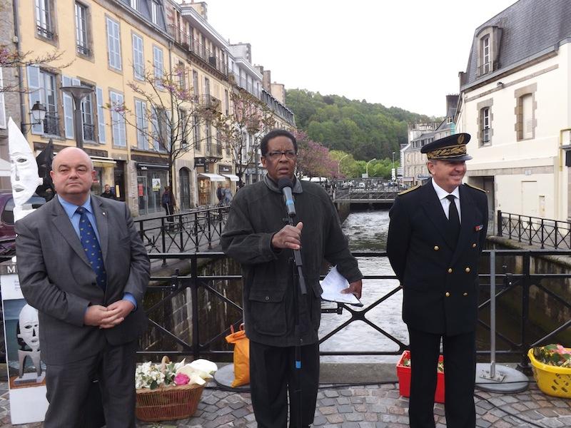 Max Prononce son discours entouré du Maire de Quimper et du Sous-Préfet de Brest.