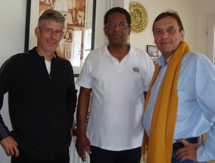 Serge Nicolie à gauche et Arsène Wittersheim a droite, entourent Max Relouzat pour la promotion de l'association Mémoires des esclavages.