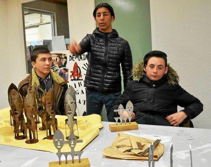 Gaëtan, Yazid et Diego, trois des jeunes impliqués dans la production de sculptures « Mémoires » miniatures.