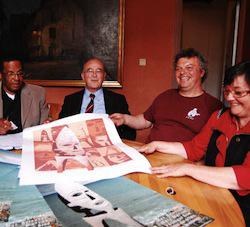 Gilbert Gramoullé, Max Relouzat, Bernard Poignant, Marc Morvan et Véronique Brod, autour d'une estampe représentant le projet Mémoires des esclavages. Leg PC.